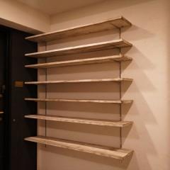 玄関を入って左手にはシューズクロークを。棚板だけのシンプルな造り。