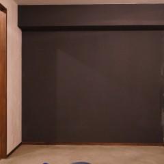 右手は広い土間になっています。突き当りの壁だけアクセントでグレーに塗装。