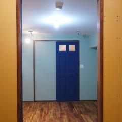 WICのドアからは寝室に抜けられます。対照的にPOPな色使いで塗装しました。