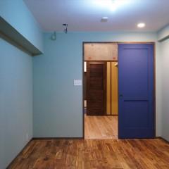 寝室のドアはリビングに。リビング側から俯瞰した寝室とWICです。