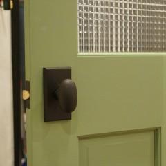 ドアノブもデザインを合わせてアンティーク風のものをセレクト。