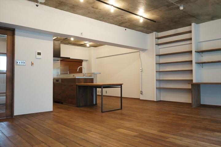 広いリビングにワークスペースとオープンキッチンのあるお部屋です。