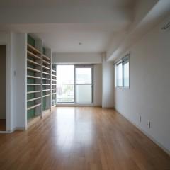 リビングルームの全景です。角部屋なので窓が多く明るいお部屋です。