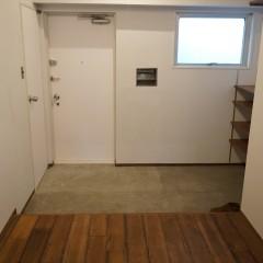 玄関はモルタル土間仕上げに。余裕のある広さを確保。
