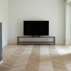 リビングにはシンプルなAVボードと液晶テレビ。床の美しさが伝わるでしょうか?
