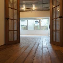 玄関ホールも広めにとっています。リビングへのアプローチはガラス格子のドア。