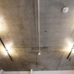 天井を抜いて高さを上げ、コンクリートの躯体現しに。塗装はクリア塗装で仕上げています。