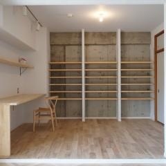 奥の壁には大きな書棚を。手前にはワークデスクを造作しました。