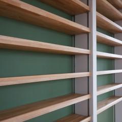 棚板。きれいに造作されています。後ろの壁のグリーンとマッチしていますね。