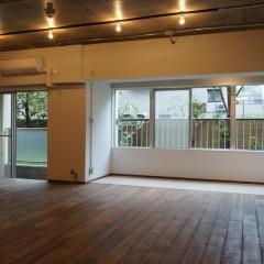 バルコニー側。開口部が多くて明るいお部屋です。お隣の建物ともほど良い距離があります。