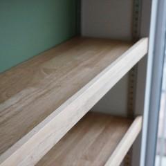 棚板はCDが落ちないように造作されています。