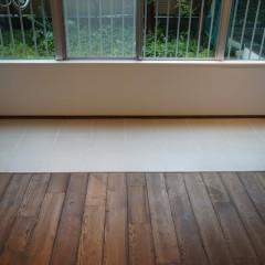 サンルームの床にはタイルを。植物を置いたり、チェアを置いたり、色々と工夫ができそうです。