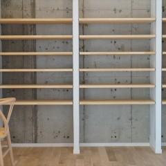 書棚の後ろの壁面は白く塗装せずにコンクリートの躯体のままに。カッコよく仕上がりました。