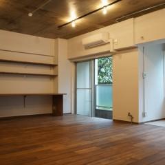 リビングの一角にしつらえたワークスペースです。大き目のデスクと本棚を造作しました。