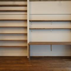 正面から。書棚はかなりの容量を収納することができます。