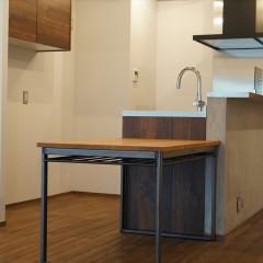 キッチンです。手前のカウンターテーブルはウダツアイアンワークスさんの特注品。