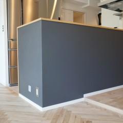 オープンキッチンの腰壁は黒板塗料で塗装しました。お子様のお絵描きに活躍しそう。