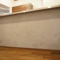カウンターキッチンの前面はモルタルでラフな雰囲気に仕上げました。