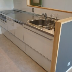 キッチンはシンプルな白のシステムキッチンです。