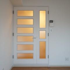 リビングから廊下に続く扉です。既存のドアを白いシートでリニューアル。