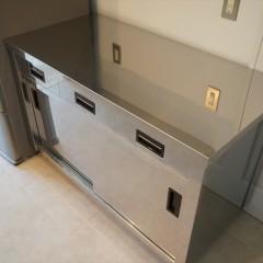 キッチンの背面にはステンレスのカウンター。店舗厨房用のシンプルなデザインが素敵です。