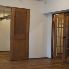こちらは寝室に続くドアです。リビングに入ってすぐ右手になります。
