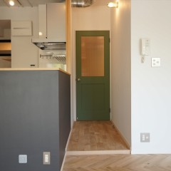 リビングから続くドアはグリーンに塗装し、チェッカーガラスを入れました。