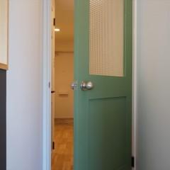 ドアの向うは廊下、そして玄関ホールへと続いています。
