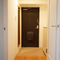 玄関回りも白いクロスでシンプル&クリーンな印象。