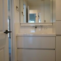 こちらはサニタリールーム。白のシンプルな洗面台を採用して統一した雰囲気に。