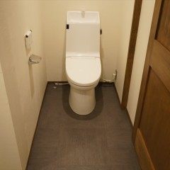トイレは扉無しのごくシンプルな仕上げに。