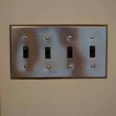 スイッチ類はシルバーのアメリカンプレートスイッチを採用。配管も金属製にしました。