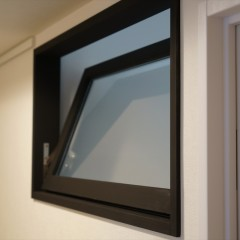 キッチンと廊下の間には窓を設けました。バルコニー側からの風が流れます。