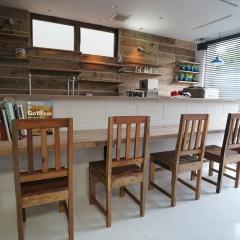 入口から店内を。カウンターに5席の椅子が並ぶ、小じんまりとしたお店。