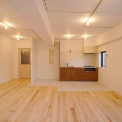 フローリングの床材はパインの無垢材を使用しました。足裏に優しい感触です。