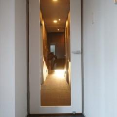 リビングと廊下の境のドアです。白の鏡面に大きなガラス張りでスタイリッシュ。
