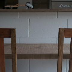 席に座るとこんな感じに。統一感のある素材で居心地の良い空間に。