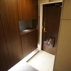 玄関です。大きな玄関収納は落ち着いた木目の面材で統一。間接照明が綺麗ですね。
