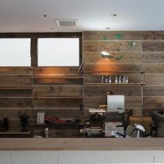 厨房の壁には足場板を張りました。最近は品薄で、今回は藤原木材から取り寄せました。
