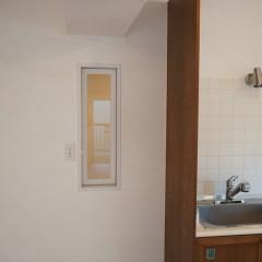 キッチンの横には小さな小窓。さてどこへつながっているのでしよう?