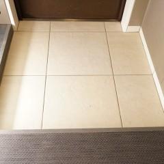 沓脱ぎはサンワのフロアタイルを使用。廊下の床はカーペット貼りです。