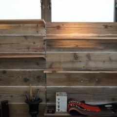 壁のアップです。棚は金具で位置を変えることができます。