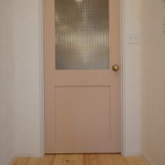 リビングのドア。ヘビーピンクの塗装と大きなチェッカーガラスがかわいいです。