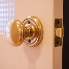 ドアノブです。ベビーピンクのドアと合っていますね。