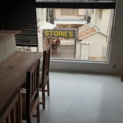 お店の中は静かですが、窓の外にはキャットストリートの喧騒。