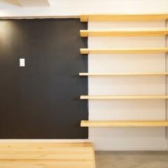 右側はオープンのシューズクローク。左手の壁はマグネット+黒板塗料です。