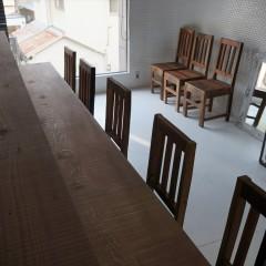 壁、床、天井は白。そこに無垢材の木目が加わって、シンプルながら暖かみのある店内。