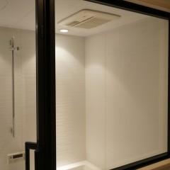 バスルームのドアと窓はガラス張り。まるでホテルのバスルームのよう。