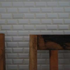 客席側の壁は白のタイル貼りです。