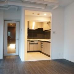 キッチンの入口です。天井を抜いたのでダクトが見えています。ダクトも白く塗装。